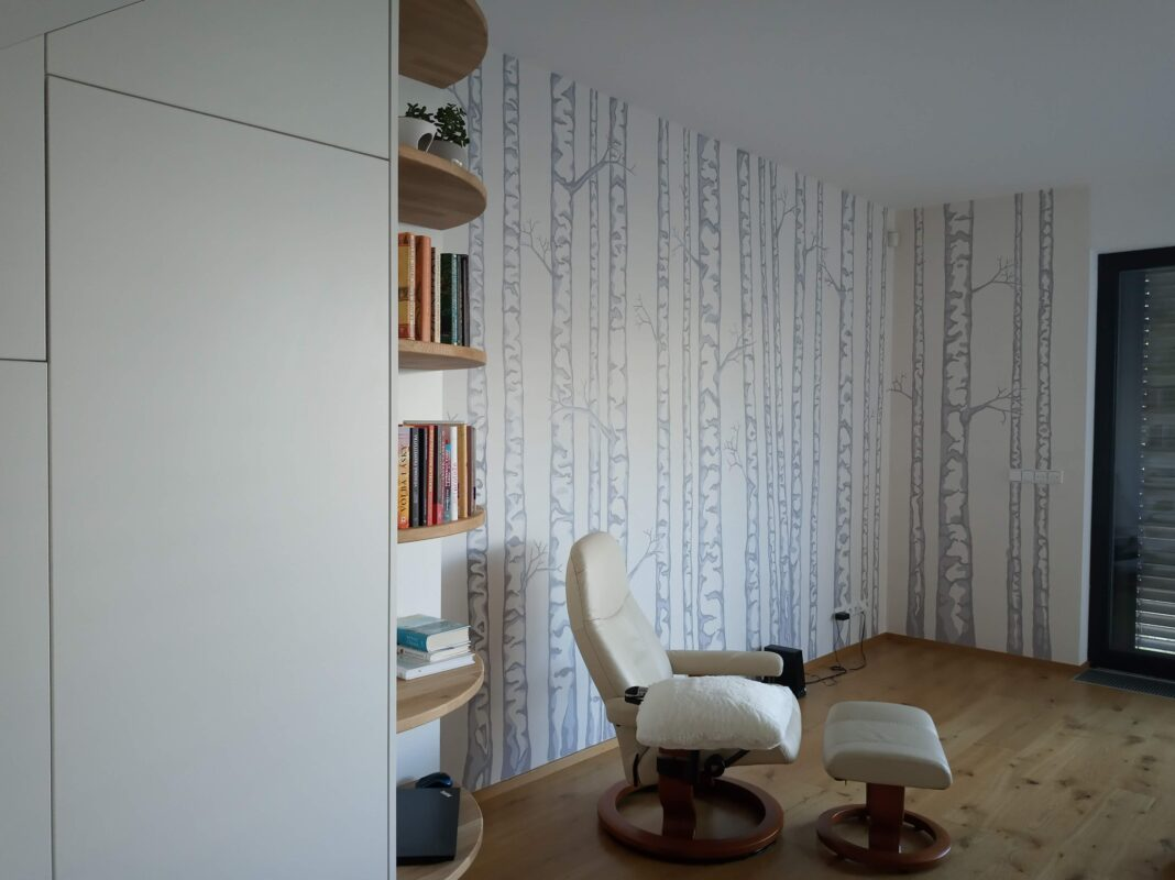 autorská malba na stěnu - posezení mezi břízkami