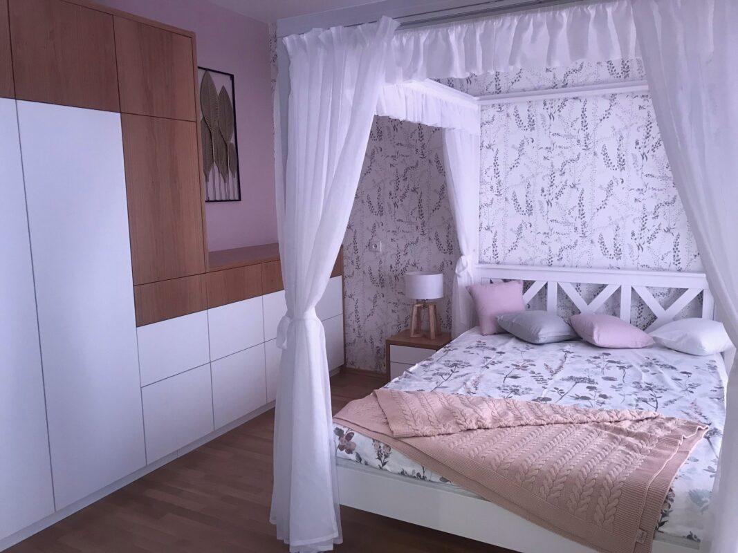 ložnice v šedo růžové kombinaci